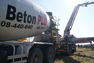 Firma Beton-Plus Sp. z o.o.,  z siedzibą w  Owadowie, gmina Jastrzębia, istnieje  na rynku  od 2012 roku. Działamy  na terenie Radomia i okolic.